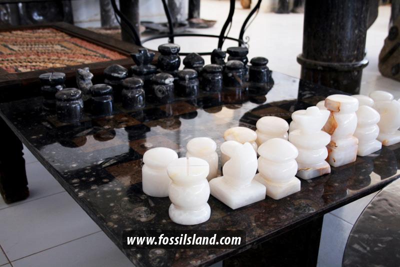 grande table de jeux d 39 chec en marbre. Black Bedroom Furniture Sets. Home Design Ideas